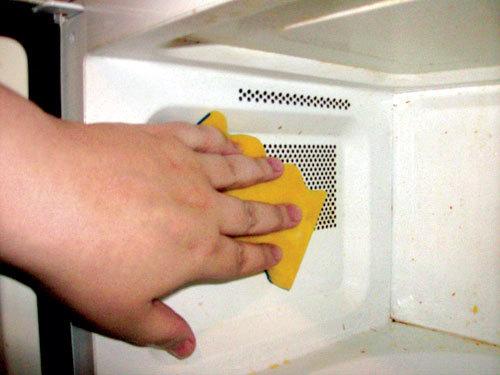 vệ sinh lò vi sóng lau sạch bên trong lò