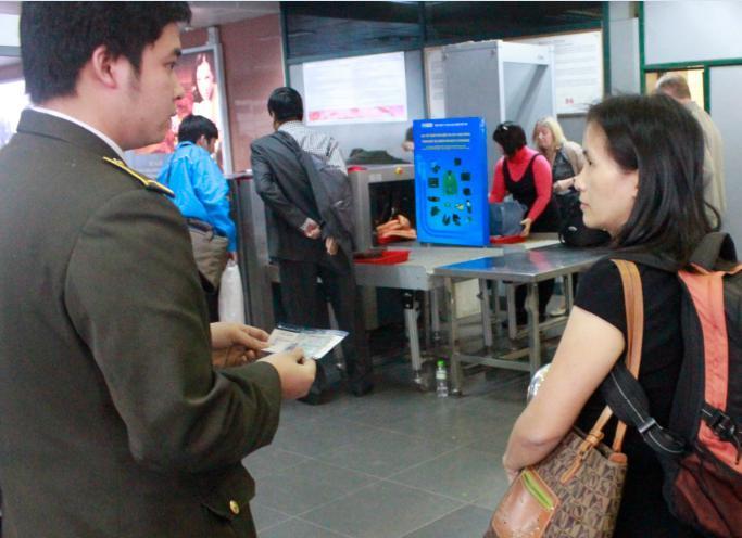 Cận cảnh: Cởi hết để soi an ninh hàng không ở Nội Bài