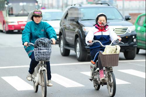 Học sinh Hà Nội co ro đến trường trong giá rét tháng 3