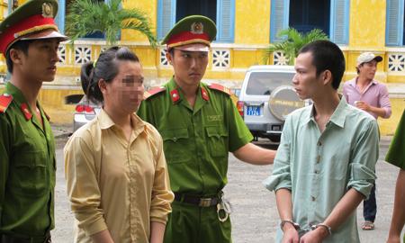 Kinh hoàng chị giữ em gái 8 tuổi cho chồng cưỡng bức
