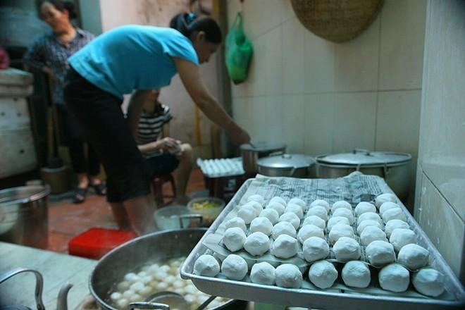 Đội mưa xếp hàng mua bánh trôi chay