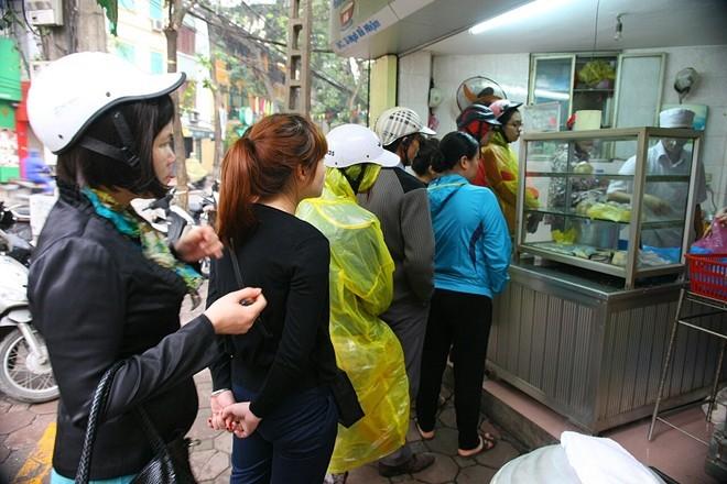 bánh-trôi, Hàn-Thực, đội-mưa, xếp-hàng, Tết-Hàn-Thực, khách-hàng