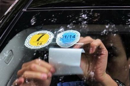 Ôtô bị dán thêm tem: Chủ xe la ó lãng phí
