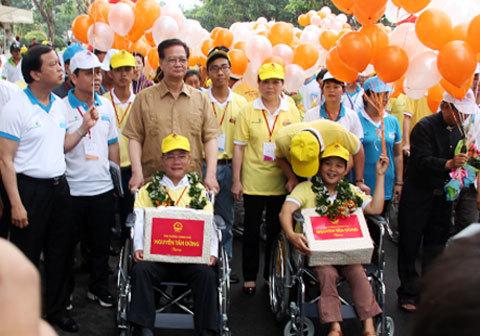 Thủ tướng đi bộ cùng người khuyết tật