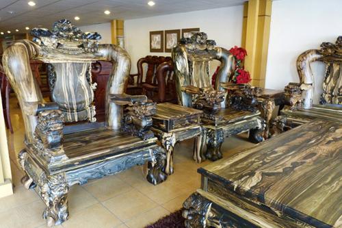 Bàn ghế gỗ mun ngàn tuổi: Nặng cả tấn, giá tiền tỷ