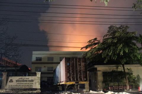 Chữa cháy kho hóa chất suốt đêm, 10 cảnh sát bị bỏng
