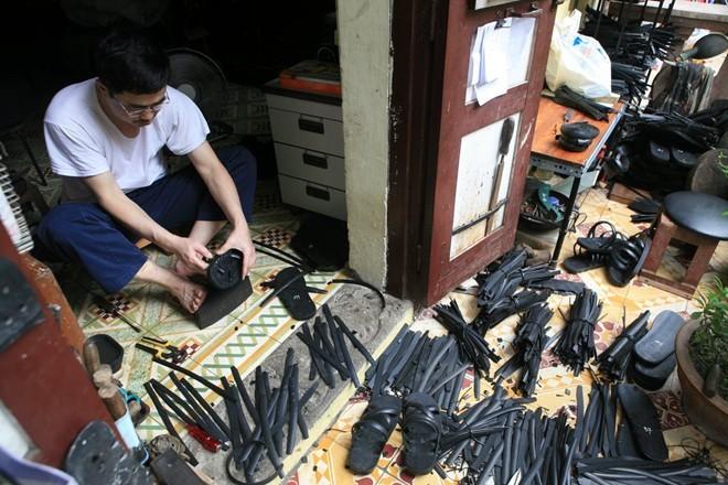 Nghệ nhân làm dép lốp nghệ thuật duy nhất Hà Thành