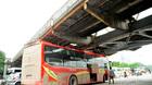 Xe du lịch 'chết đứng' ở gầm cầu Long Biên