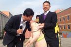 Hiệu phó hôn lợn để giữ lời hứa với học sinh