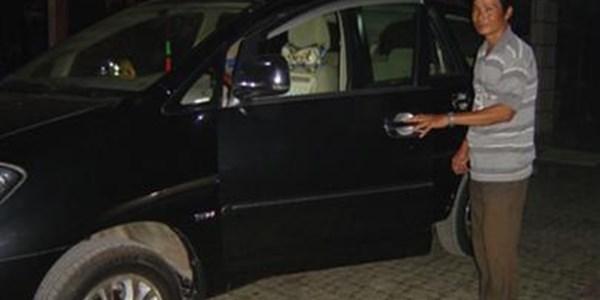 Tỷ phú chuyên mặc quần đùi chơi ô tô sang