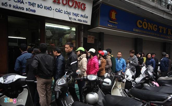 Xếp hàng chờ miếng ngon: Sài Gòn chẳng kém Hà Nội