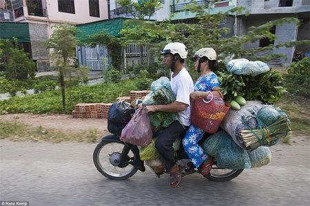 Báo Anh 'khen' những người chở hàng siêu đẳng ở VN