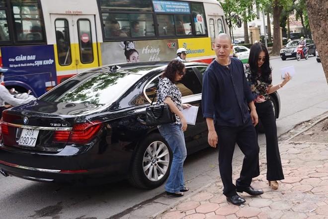Vợ bầu Kiên đi xe sang đến dự tòa
