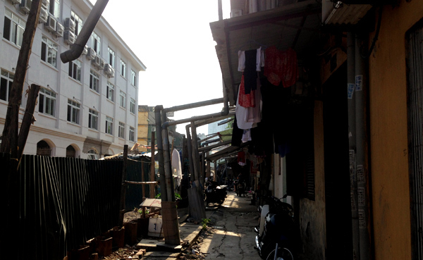 Hà Nội: Rùng mình khu tập thể nước toilet chảy qua đầu