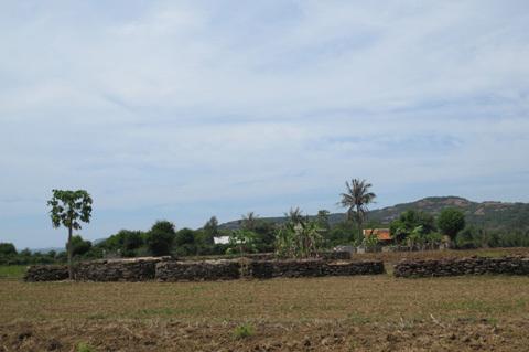 gành, Đá Đĩa, hàng rào, mộ đá, Phú Yên