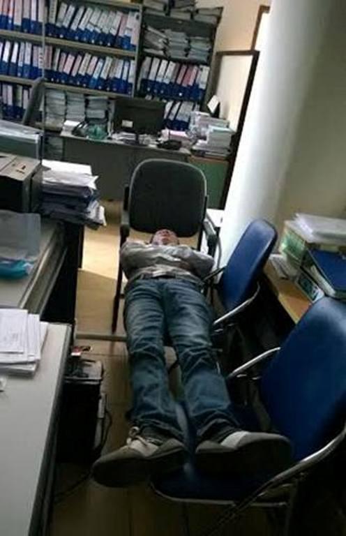 Những kiểu ngủ trưa hài hước của dân văn phòng