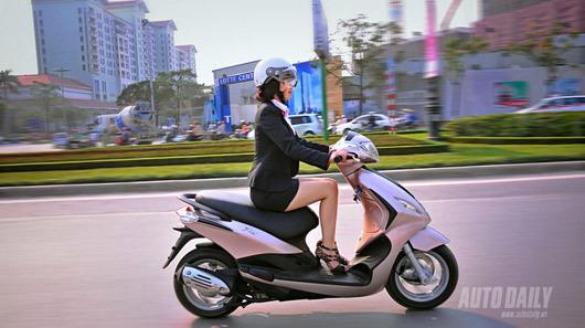 Gái trẻ và nỗi sợ hãi đi xe máy