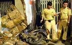 Tai nạn hi hữu: Xe máy húc đổ nhà dân