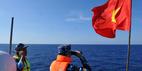 Thượng cờ Tổ quốc giữa Hoàng Sa