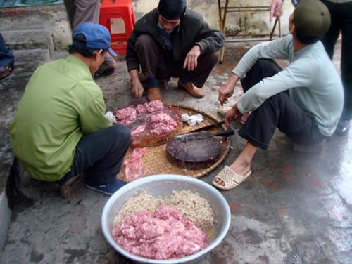 Thái Bình: Cả làng ăn cỗ thịt sống