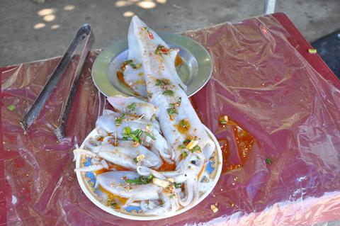 Chợ hải sản ăn liền giữa biển độc nhất Việt Nam