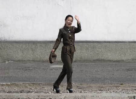 Nữ binh, Triều Tiên, điệu đà, đi tuần,, giày cao gót