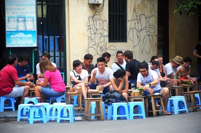 Bia cỏ ngồi ghế nhựa 5.000 đồng ở phố Tây Hà Nội