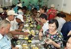 Phu nhân Chủ tịch nước ăn cơm 2.000 đồng với người nghèo