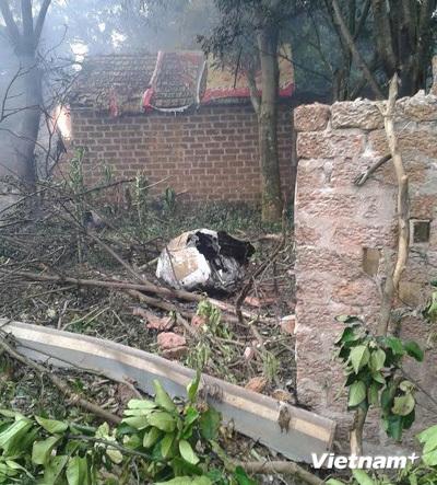 Mảnh vỡ vương vãi tại hiện trường trực thăng rơi