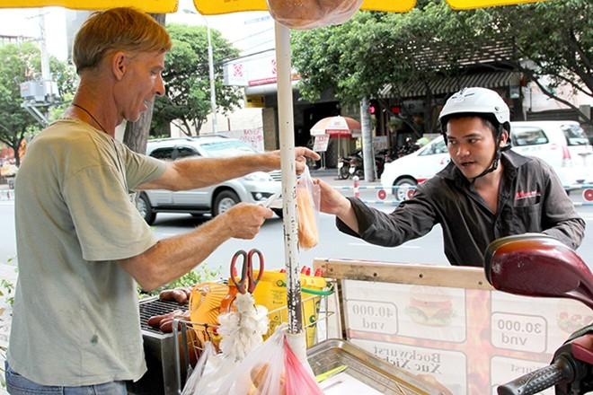 Tây 'đổ bộ' bán xúc xích nướng ở vỉa hè Sài Gòn