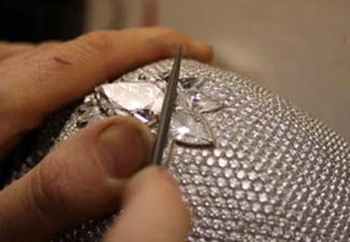 Chiếc đầu lâu nạm gần 9.000 viên kim cương gây chấn động