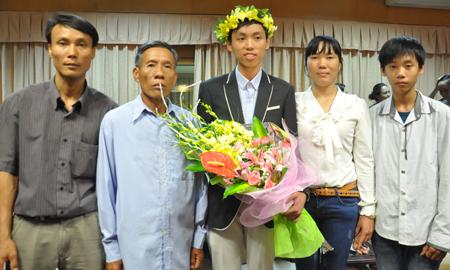 Cha mẹ phụ hồ nuôi con trai giành HC Vàng toán quốc tế