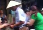 Xôn xao clip người đàn ông rải tiền khắp chợ