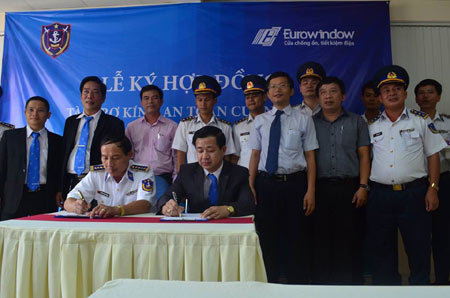 Lắp kính cường lực cho tàu Cảnh sát biển Việt Nam