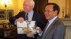 Món quà ông Phạm Quang Nghị tặng TNS McCain