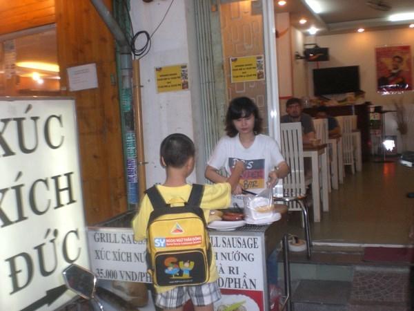Sự thật xúc xích Đức trên hè phố Sài Gòn