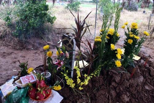Lễ cầu siêu bên mộ chị Huyền