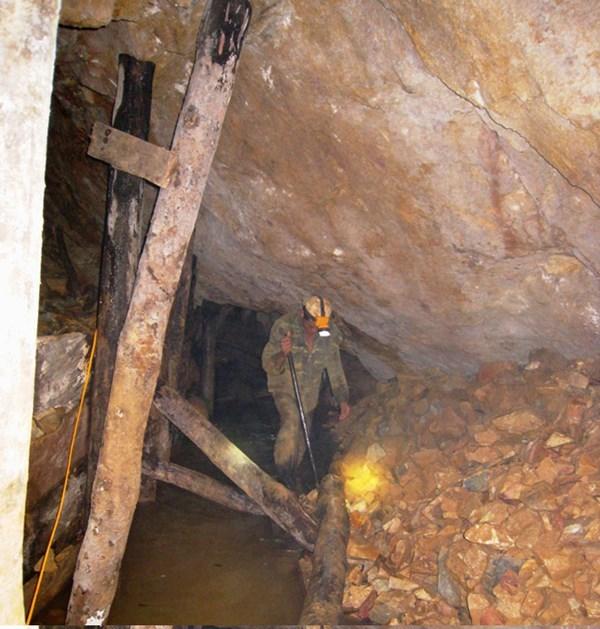 Vào 'địa ngục' đào được 16kg vàng