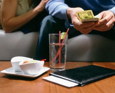 Hẹn hò mà đòi chia tiền: Thật đáng khinh!