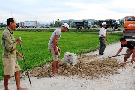 'Khiếp vía' xe quá tải, dân chôn trụ bê tông chặn đường