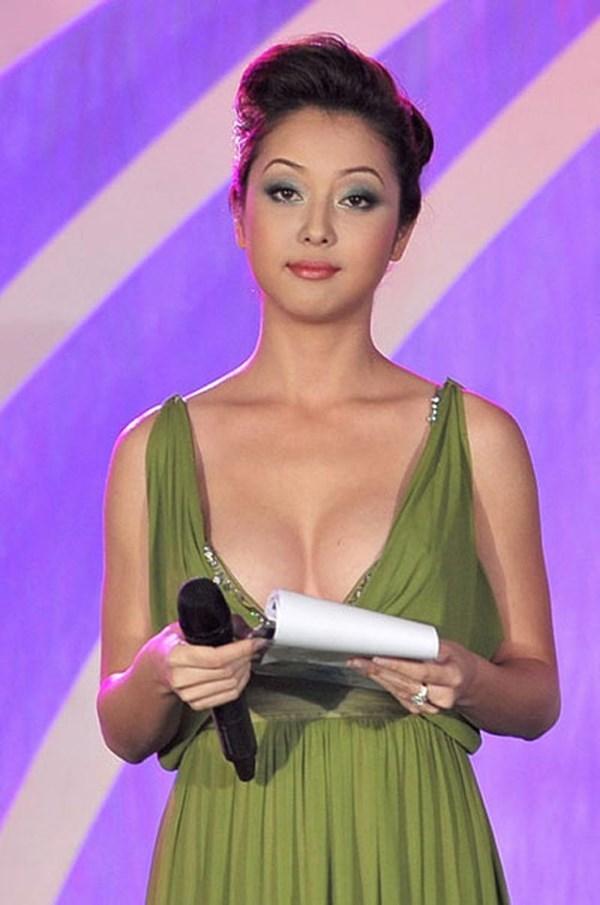 Vòng một nóng bỏng của Jennifer Phạm, Nguyễn Thị Huyền