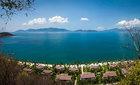 Resort cao cấp từ một bãi đá nhỏ ven biển