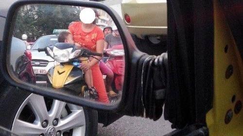 đi xe máy, cho con bú, chạy xe, an toàn giao thông