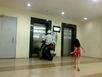 Chỉ ở Hà Nội: Phi xe máy vào thang máy