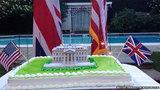 Sứ quán Anh đăng ảnh bánh Nhà Trắng đang cháy