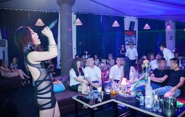 Hương Tràm mặc váy xuyên thấu, lộ nội y phản cảm khi hát bar