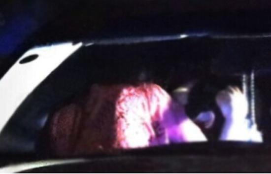 Sao 'The Voice' lộ cảnh 'hành sự' ngay trên ô tô