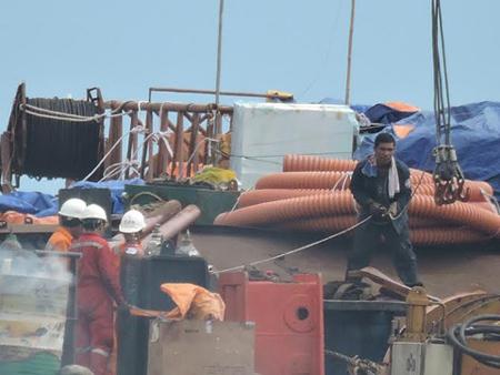 Kéo cáp ngầm xuyên biển đưa điện ra Lý Sơn