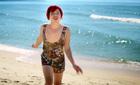 Phì cười cảnh Thái Hòa mặc bikini chạy trên biển
