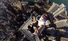 Chụp ảnh 'tự sướng' đỉnh tháp 346m khiến người xem lạnh gáy